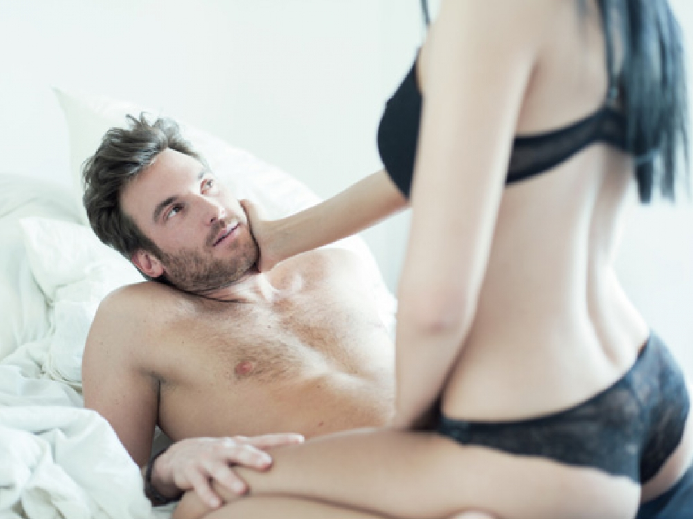 erekcija su ejakuliacija)