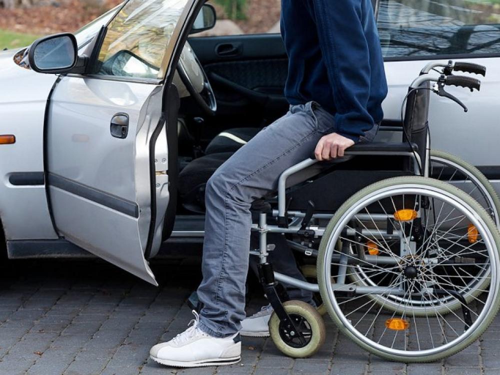 Galvos skausmas neįgaliajam: vežimėlis už mašinos kainą