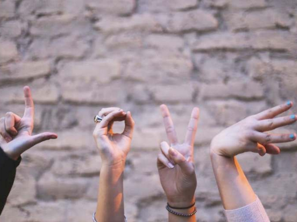 Lietuvių gestų kalbos vertėjų trūkumas didina kurčiųjų atskirtį