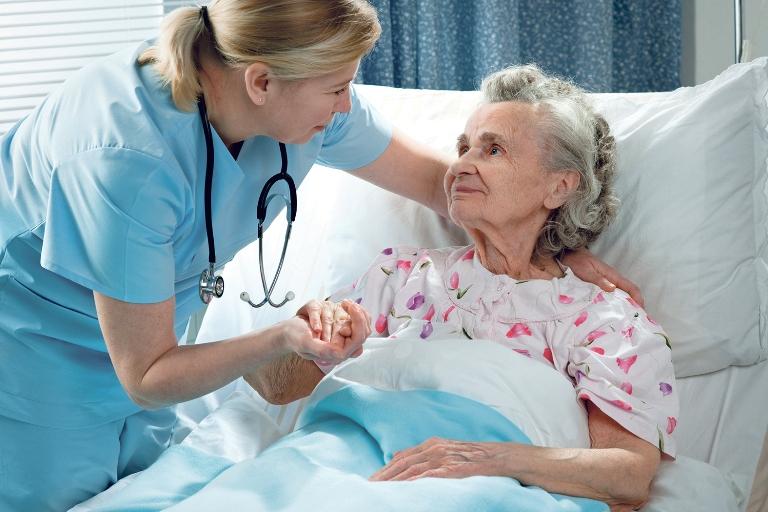 Seno žmogaus slauga – išbandymas šeimai