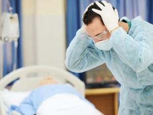 Staigi mirtis nuo medikų rankos