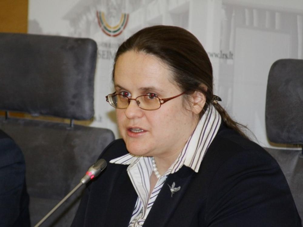 Aistros dėl alkoholio draudimų: Agnė Širinskienė kaltina komiteto darbuotoją klastojus dokumentus
