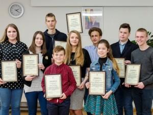 Apdovanoti aktyvų šeimos laisvalaikį įamžinę moksleiviai