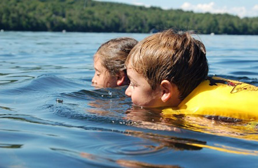 Būtina mokyti vaikus plaukti ir saugiai elgtis vandenyje