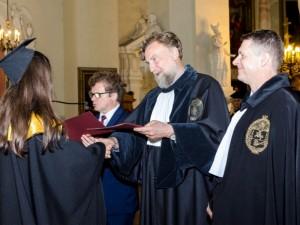 Farmakotechnikams įteikti seniai laukti diplomai