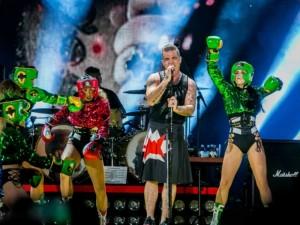 Robbie Williamsas tapo valgymo per miegus įkaitu