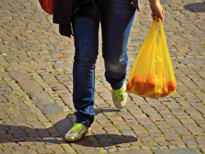 Plastikinių maišelių sunaudojimas mažėja, tačiau prieš ekologiją vis dar laimi kaina