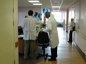 Vyriausybė aiškinsis, kodėl kai kurių medikų atlyginimai neauga