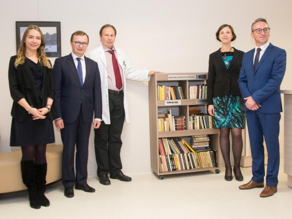 Kauno klinikų pacientams sveikti bus smagiau: atidarė keturiolika bibliotekėlių