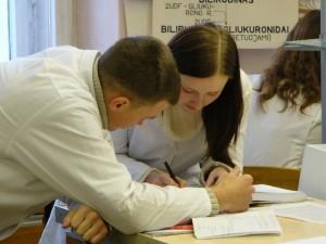Jaunieji gydytojai laukia etapinių kompetencijų įteisinimo