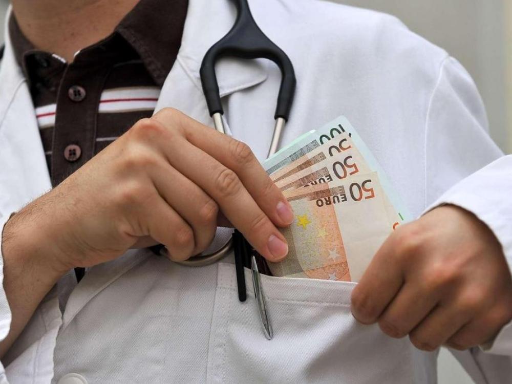 Žmonių, atsidėkojančių gydytojams dovanomis ar pinigais mažėja