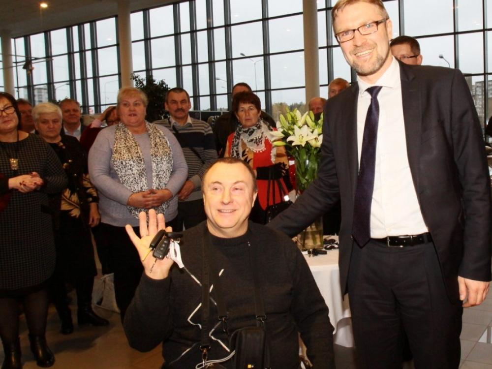 Neįgaliuosius nudžiugino naujutėlaičiais mikroautobusais