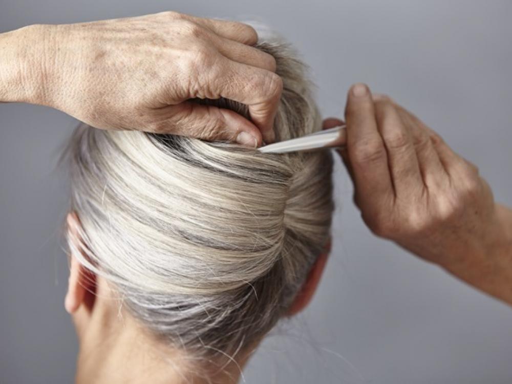 Plaukai pražilsta ne tik dėl amžiaus?