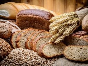 Nepelnytai pamiršta: kodėl ant stalo tradicinę duoną turėtume dėti dažniau