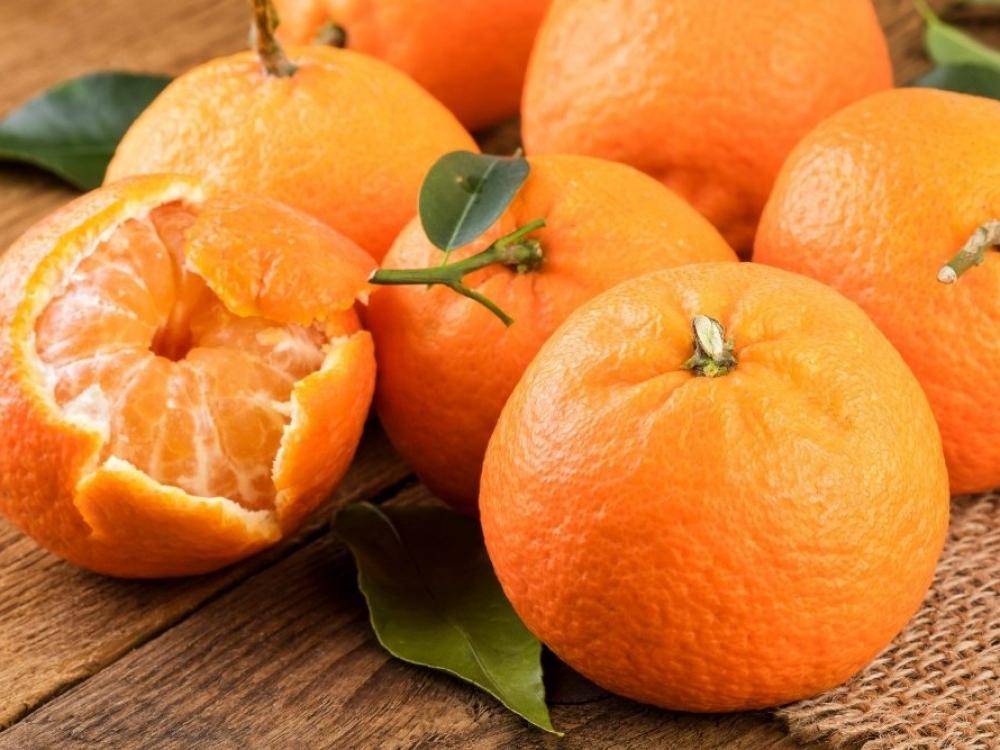 Daug kas to nežino: kodėl mandarinus būtina pakišti po karštu vandeniu
