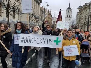 Medikai nori dirbti, o ne skursti Lietuvoje. Sostinėje - medikų mitingas