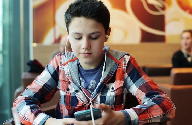 Vis daugiau paauglių ir jaunuolių pradeda skųstis suprastėjusia klausa