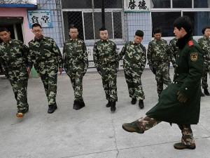 Priklausomybę nuo interneto kinai gydo sukarintose stovyklose