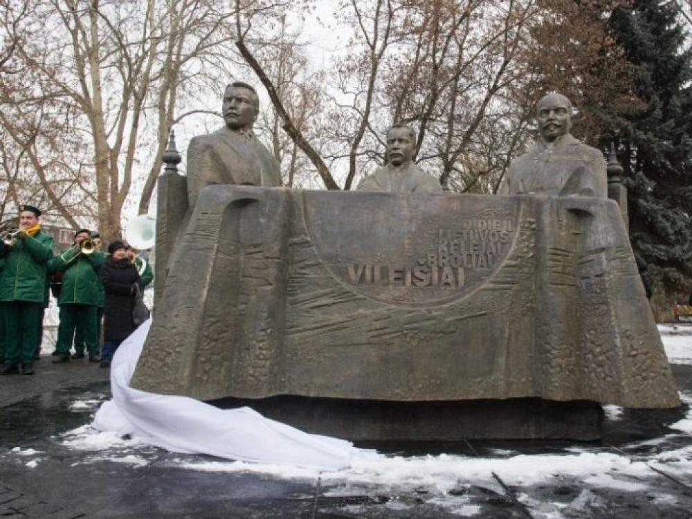 Vilniuje atidengtas paminklas broliams Vileišiams