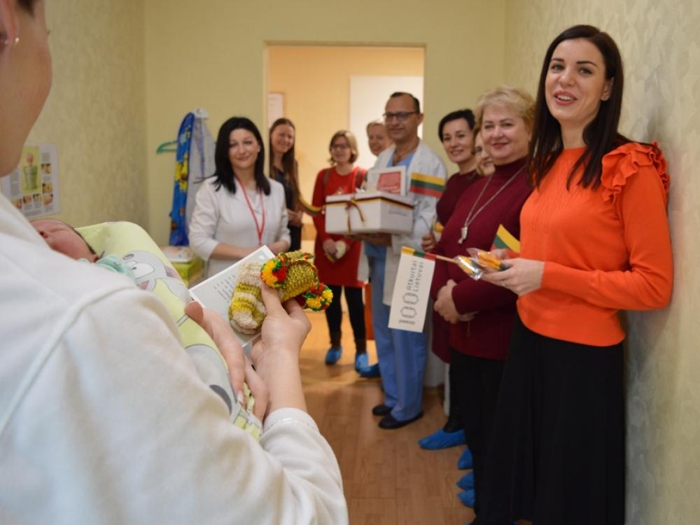Kauno moterų dovana – pusantro šimto trispalvių kojinyčių naujagimiams