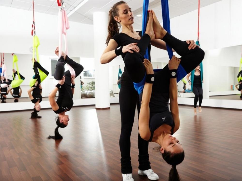 Oro joga: šiltąjį sezoną pasitikite kabėdami ore