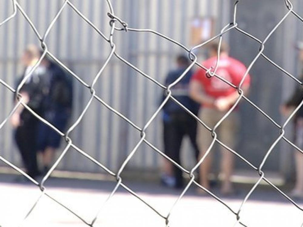 Uždelsto veikimo bomba įkalinimo įstaigose