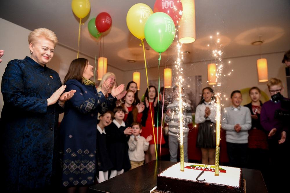 """Už saugią Lietuvą"""" gimtadieniui – Prezidentės pietūs su globos namų vaikais"""