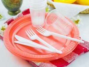 Skelbiama kova vienkartiniams plastiko gaminiams