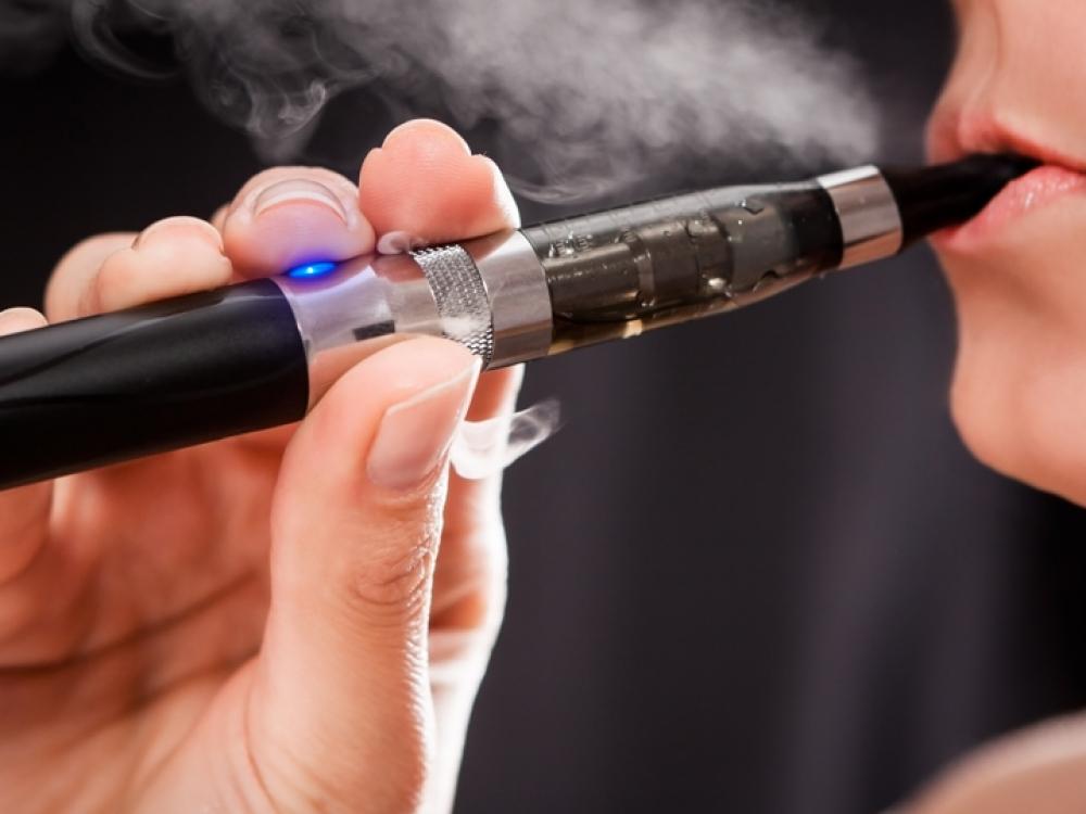 Siūloma akcizu apmokestinti ir nikotino neturintį elektroninėms cigaretėms skirtą skystį