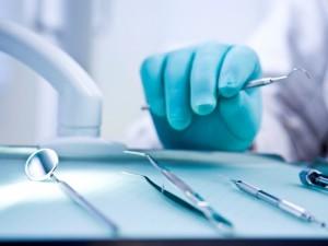 Už nelegalią odontologo veiklą teisiamas kaunietis įtariamas vėl teikęs šias paslaugas