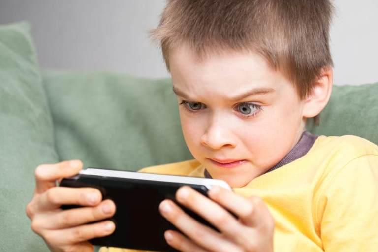 Mobilusis telefonas vaikui: kada neskubėti?