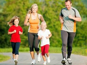 Amžinas galvosūkis tėvams: kaip ugdyti vaikus, kad jie tinkamai maitintųsi ir sportuotų?