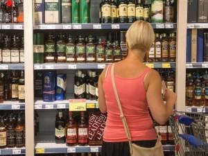 Vyriausybė vėl svarstys alkoholio prekybos ribojimus