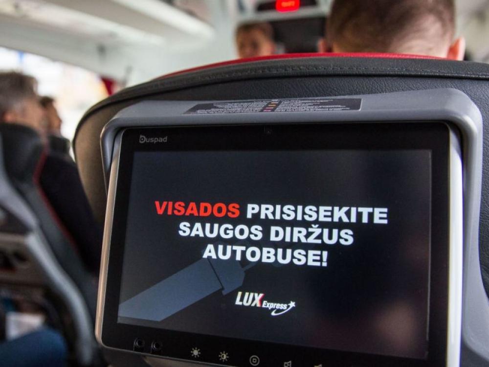 Autobusų keleiviai skatinami segtis saugos diržus