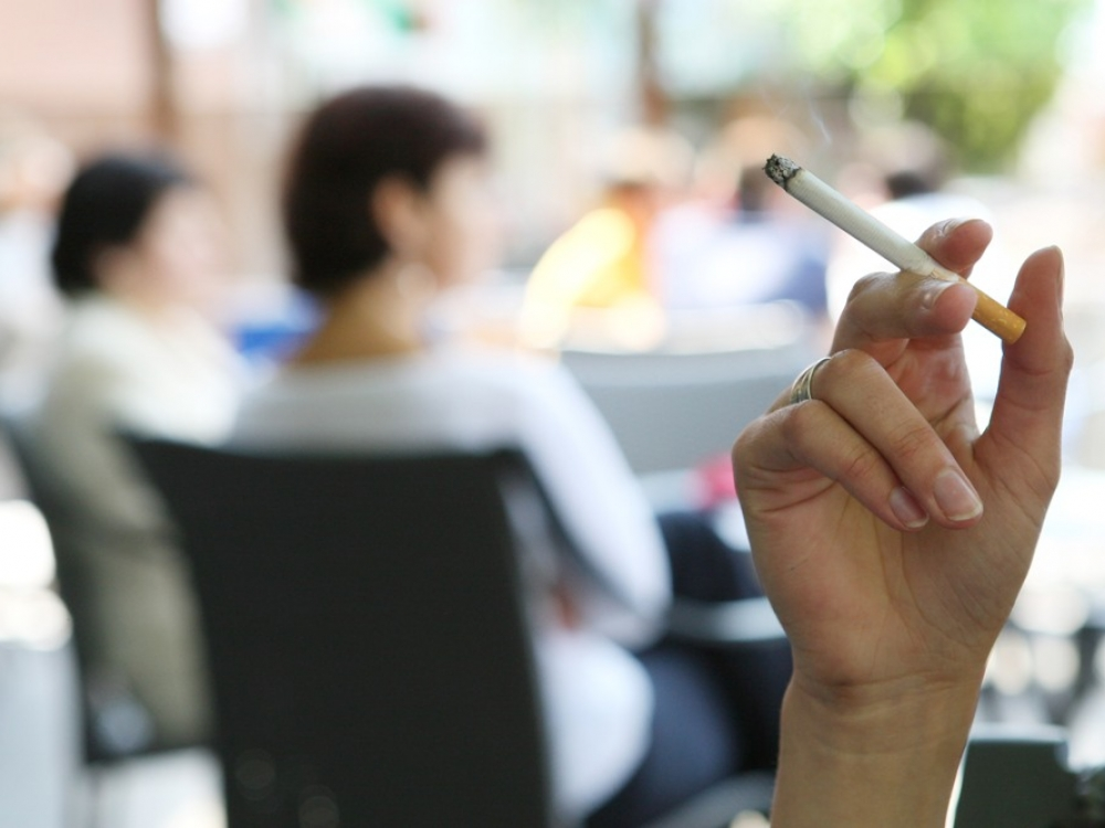 Nauji siūlymai: vienoda cigarečių pakuotė, draudimas rūkyti lauko kavinėse, balkonuose