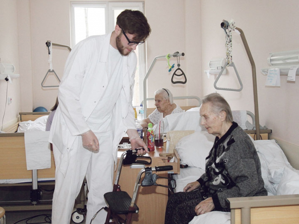 Jauni specialistai laužo stereotipus apie slaugos sektorių