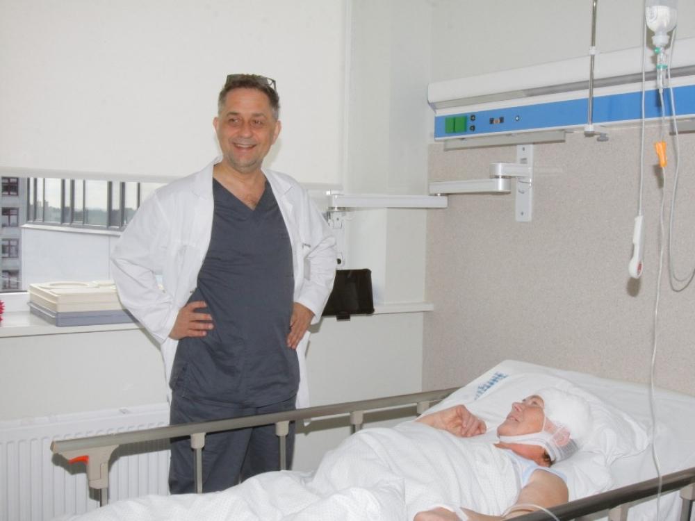 Galvos auglį pašalino prabudinę pacientę