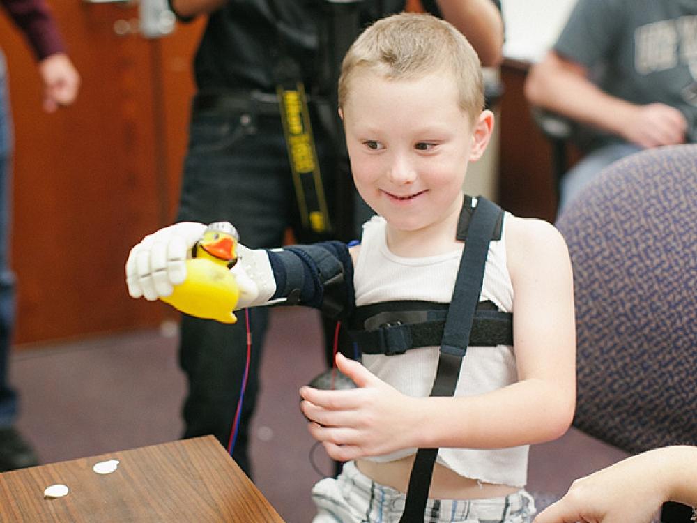 Šešerių berniukui atspausdinta bioninė ranka